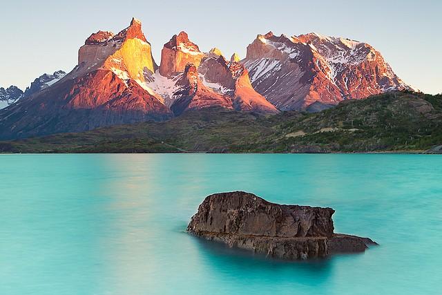 Cuernos-del-Paine-Sunrise- Elisabeth Boaventura, Cecile Lacroute, lac Grey