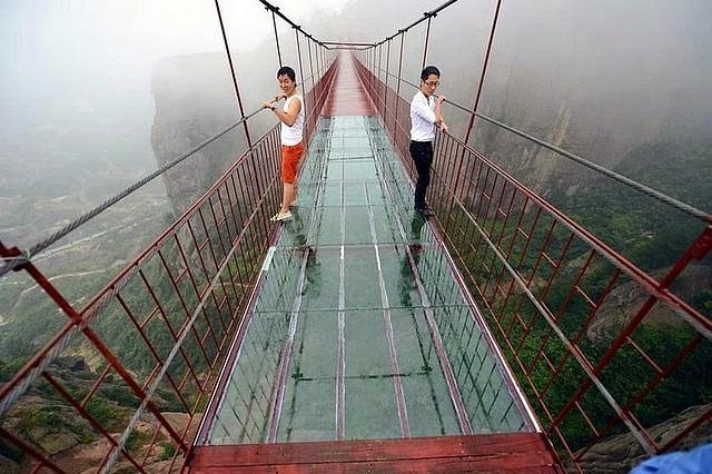 A Zhangjiajie Chine On Fait Le Pont En Verre Et