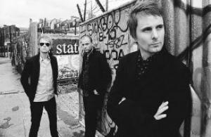 Les rockeurs du groupe Muse en concert sur la Tour Eiffel