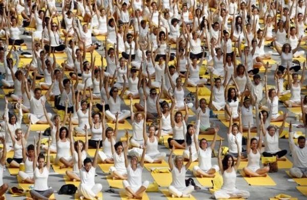 Une classe de yoga avec 40 000 participants … et moi … et moi