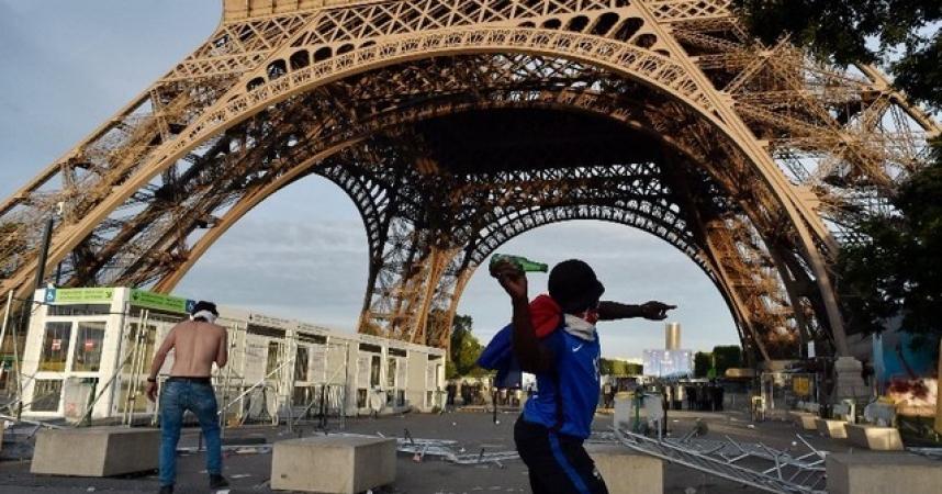 Une tour Eiffel à la gueule de bois