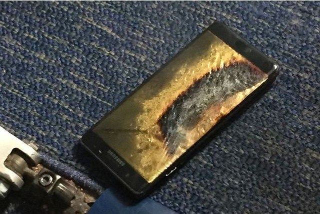 Un-Samsung-Galaxy-Note-7-prend-feu-dans-un-avion-et-force-son-evacuation