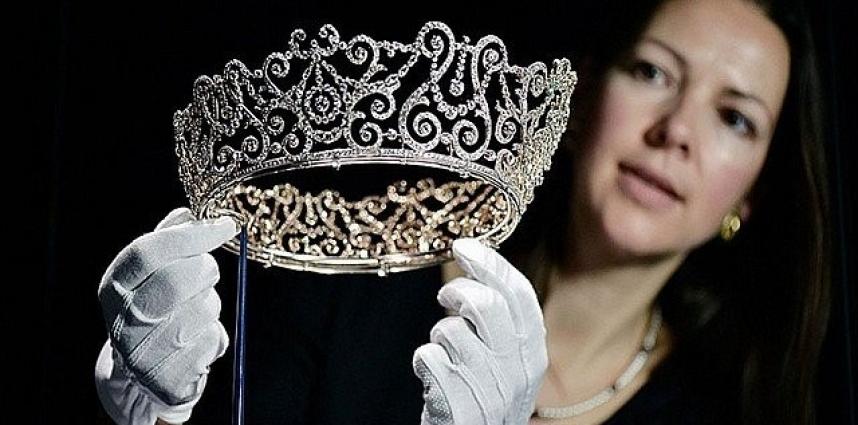Jubilé de Saphir : La Reine montre ses bijoux