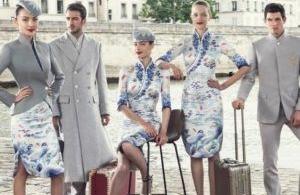 Des hôtesses et des stewards qui défilent à la Fashion Week de Paris
